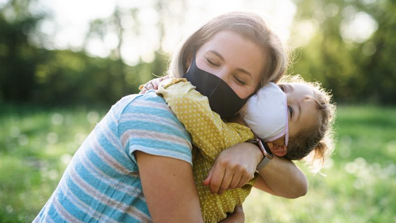 Mama z dzieckiem w maseczkach