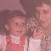 Danas je jedna od NAJLEPŠIH VODITELJKI u SRBIJI, ne prođe dan da je ne gledamo: Prepoznajete li devojčicu sa ove stare slike?
