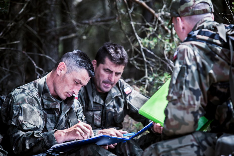 W trakcie szkolenia w terenie żołnierze WOT muszą polegać na mocno nieprecyzyjnym i słabej jakości sprzęcie