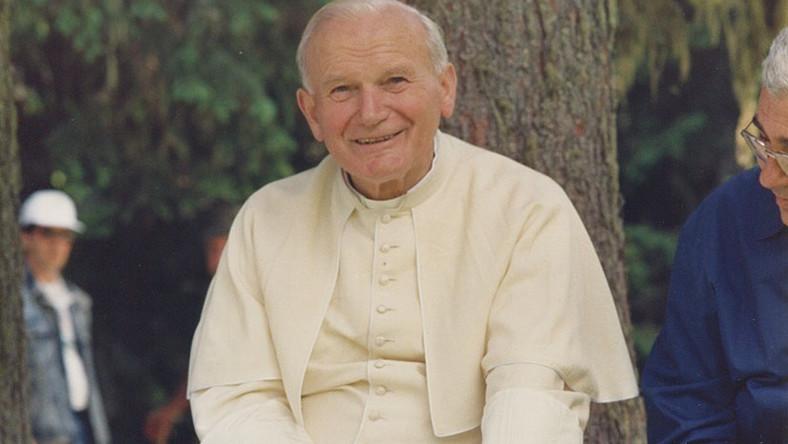 """""""Świadectwo"""" pokazywało pontyfikat Jana Pawła II z nieznanej perspektywy towarzyszącego mu przez blisko 40 lat kardynała Stanisława Dziwisza. W 2008 roku na produkcję tą wybrało się do polskich kin ponad milion widzów. Czy """"Apartament"""" odniesie równie wielki sukces?"""