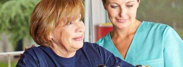 W projekcie zaproponowano m.in., aby decyzje w kwestii rozpoczęcia przez pacjenta fizjoterapii podejmowały osoby z wykształceniem na poziomie rozszerzonym i specjalistycznym. fizjoterapeuta