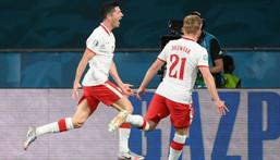 Robert Lewandowski's (L) header earned Poland a valuable point in Seville Creator: LLUIS GENE
