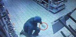 Odciął sobie palec i rzucił w sprzedawczynię. Powód szokuje