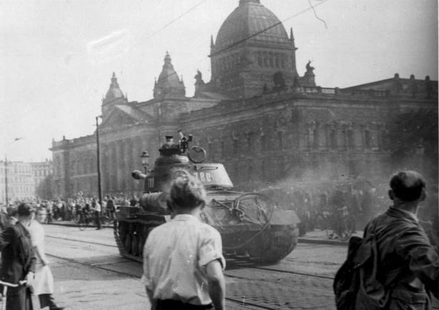 Radziecki czołg w Lipsku, 17 czerwca 1953, fot. Bundesarchiv, B 285 Bild-14676 / nieznany / CC-BY-SA 3.0