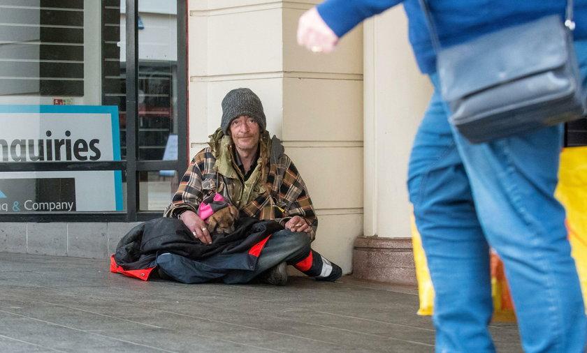 Fałszywi bezdomni zarabiają kokosy!