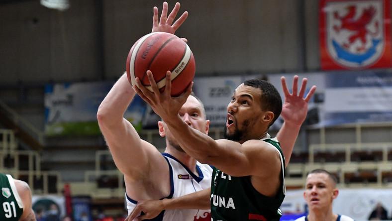 Koszykarz Kinga Szczecin Adam Łapeta (L) i Jamel Morris (P) z Legii Warszawa podczas meczu Ekstraklasy