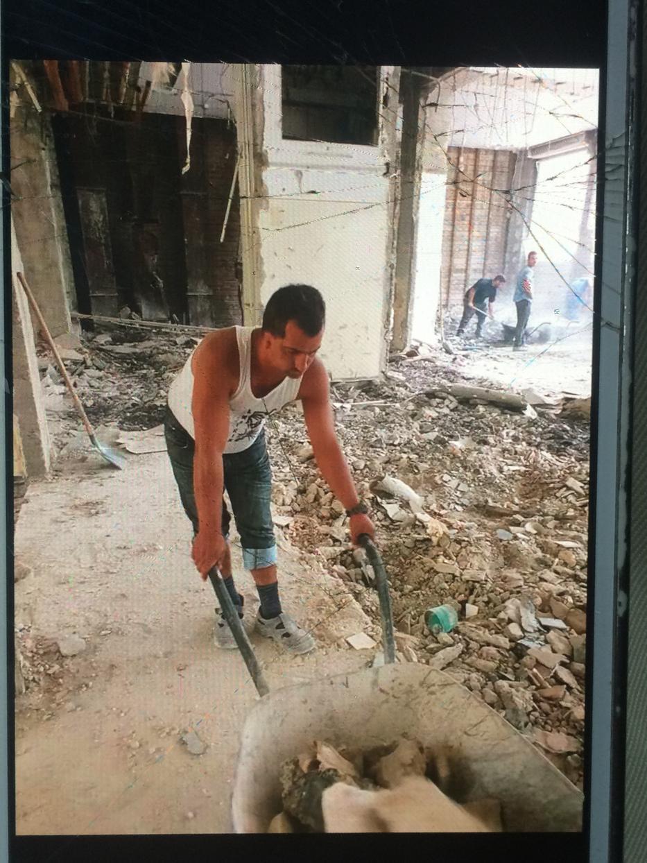 Péter a családja halála miatt ment Ózdra, ahol a munkába menekült