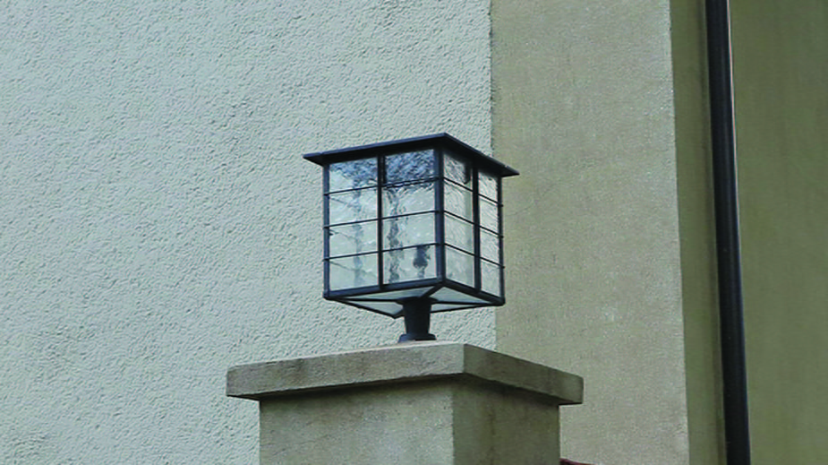 Lampa z końca lat 20. XX w. przed wejściem do budynku d. Biura Budowy Portu przy ul. Waszyngtona 38