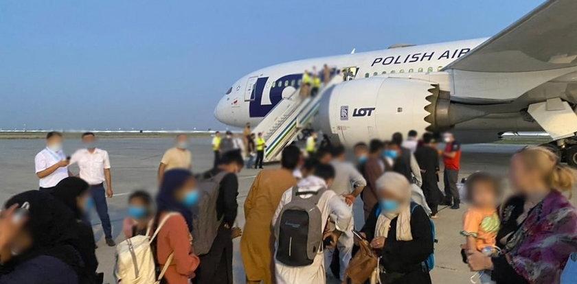 """Połowa Polaków """"zdecydowanie odmawia"""" przyjęcia uchodźców pod swój dach. Ilu jest za?"""