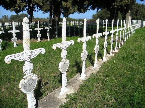 Srpsko groblje u Menzel Burgibi - mačete u obliku krstova postavili su Francuzi i čuvari groblja Vagdija i Mažub Hamdi