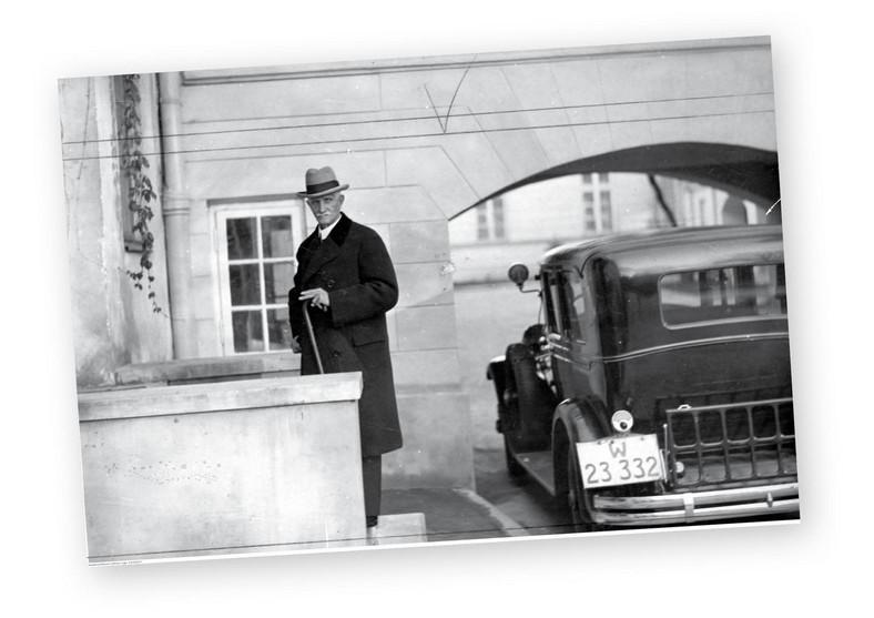 Marszałek Sejmu Ignacy Daszyński wchodzi do swego mieszkania w Sejmie, 1929 r.  fot. NAC (p)