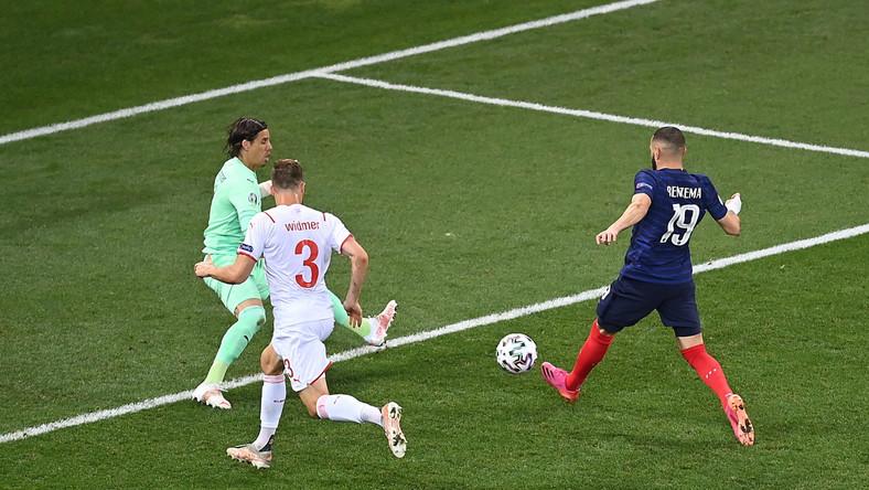 Karim Benzema (P) strzelający bramkę na 1:1 w meczu ze Szwajcarią