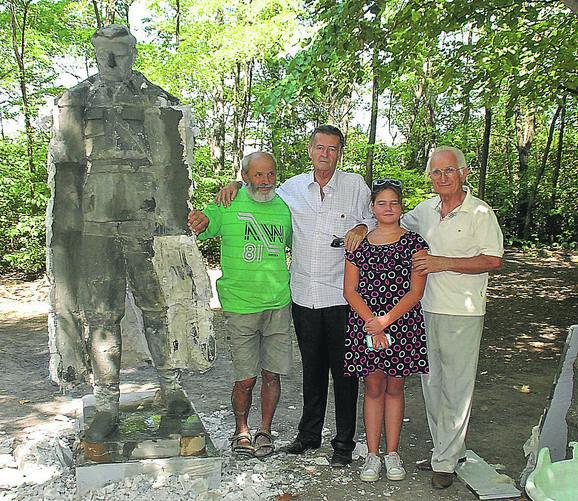 Autor spomenika Franjo Mačković, Titov unuk Joška, praunuka Tamara Broz i Blaško Gabrić