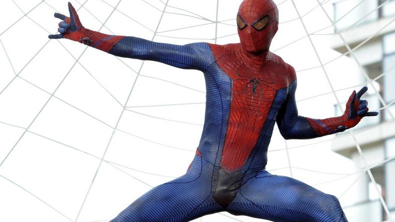 """W nowej odsłonie przygód """"Spider-Mana"""" Peter Parker uczy się jeszcze w liceum. Musi pogodzić się z tym, kim się stał, i wybaczyć sobie śmierć wuja, którego – tak mu się wydaje – mógł uratować"""
