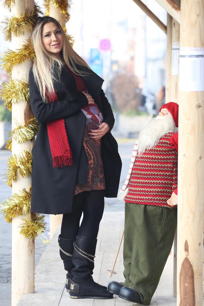 Lepa voditeljka Kristina Radenković juče je rodila ćerkicu Taru