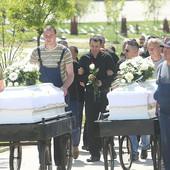 MUK U BANJALUCI Majka i sin sahranjeni u belim kovčezima, otac u suzama: Za par sati OSTAO BEZ CELE PORODICE