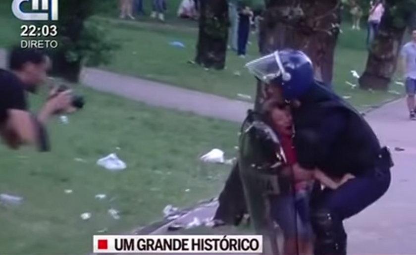 Tak policja bije ojca na oczach dziecka!