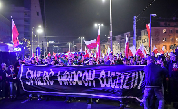 """Jak poinformował rzecznik dolnośląskiej policji Paweł Petrykowski, w niedzielnym marszu uczestniczyło 9 tys. osób. """"Dzięki działaniom policji nie doszło do zbiorowego zakłócenia ładu i porządku"""" – powiedział Petrykowski. Dodał, że """"wydarzył się incydent"""", w wyniku którego niegroźnie ranne zostały dwie osoby cywilne i policjant."""