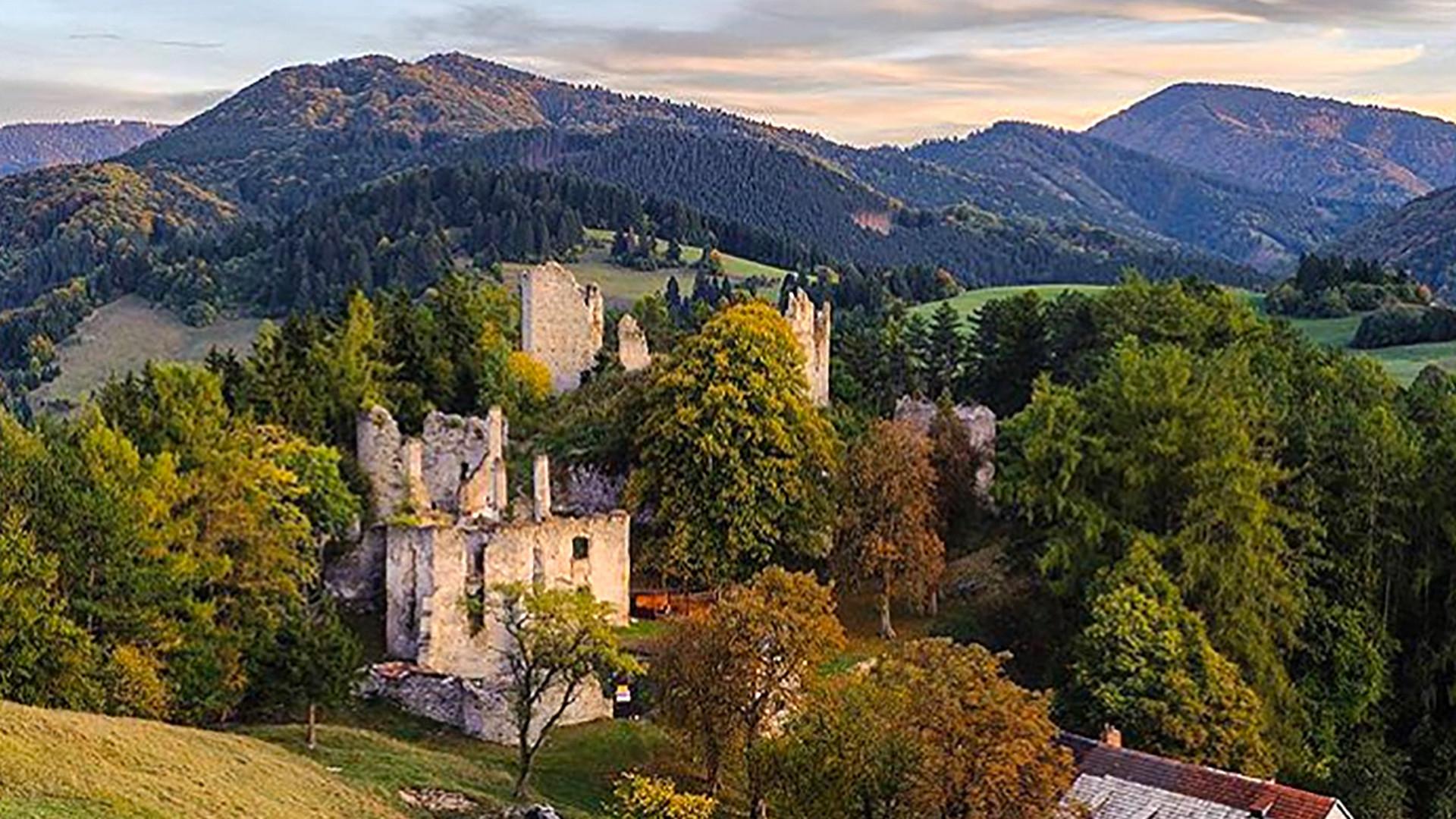 26ffc3917 Sklabinský hrad je na predaj. Kúpiť si ho môžeš za cenu 4-izbového bytu v  Bratislave