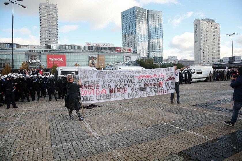 Protest na placu Defilad w Warszawie
