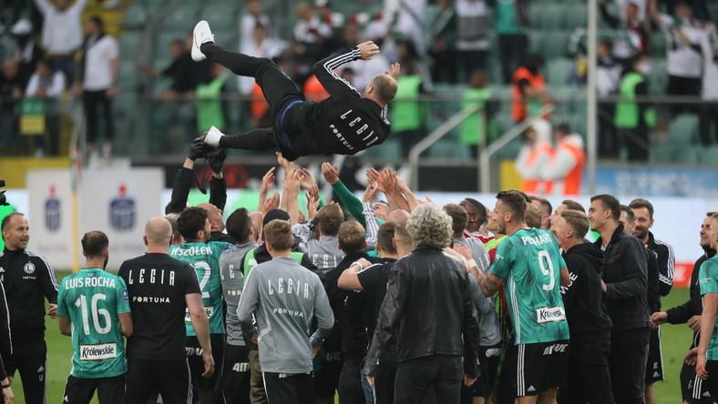 Feta drużyny Legii Warszawa po wygranym meczu grupy mistrzowskiej piłkarskiej Ekstraklasy z Cracovią 2:0