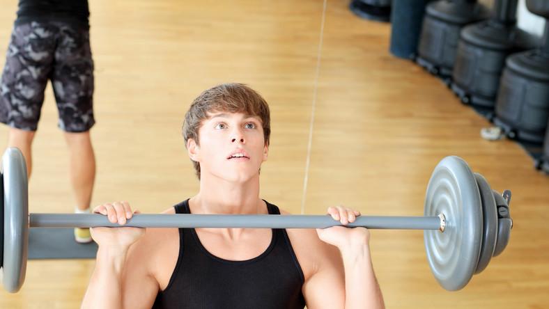 Piłka lekarska, sztanga, hantle -  tym możesz rzucać. Uważaj na regulamin siłowni!