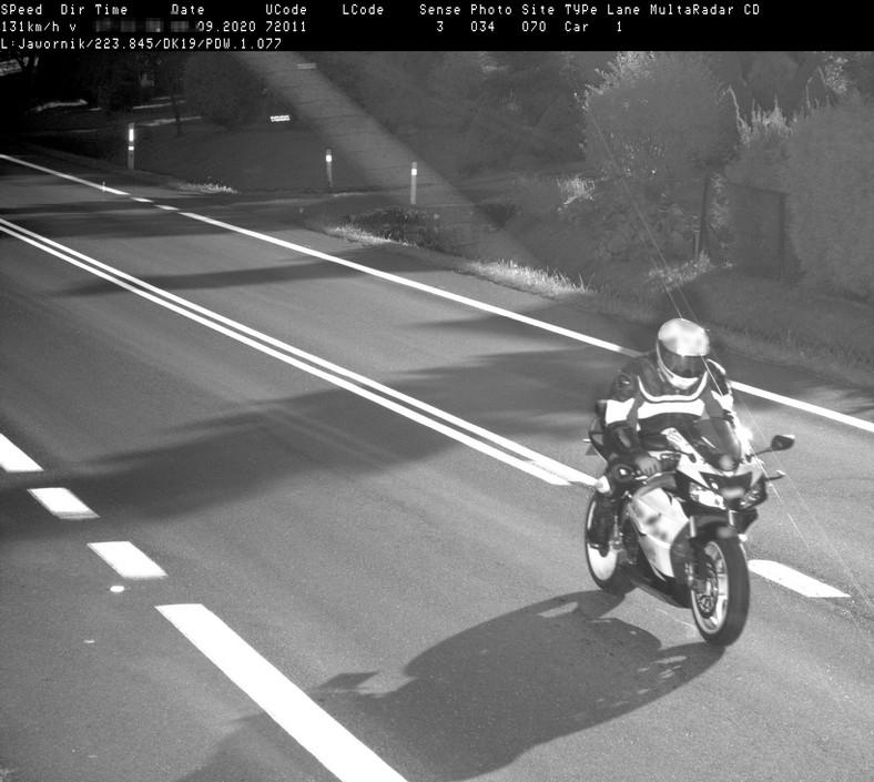 Motocyklista zaskoczony mandatem z fotoradru