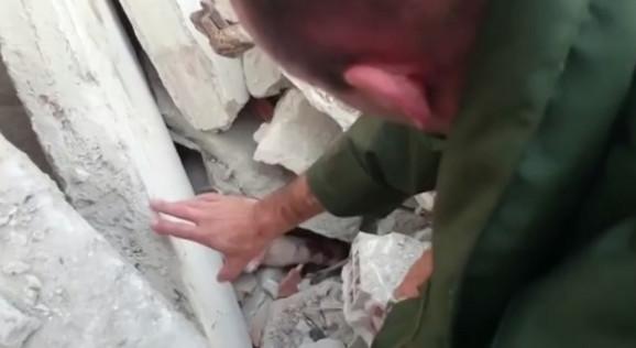 Spasilac pokušava da umiri zarobljenu ženu