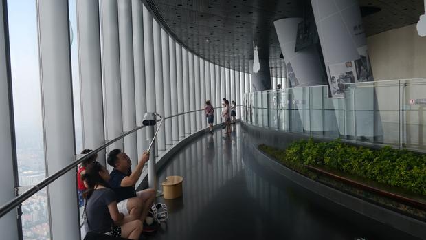 Taras widokowy Shanghai Tower to dość popularna atrakcja, ale nie widać tutaj typowo chińskich tłumów