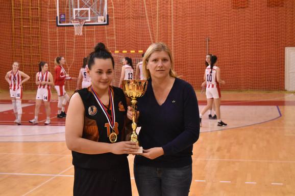 Ana Joković, potpredsednica KSS-a zadužena za žensku košarku, uručuje juniorkama ŽKK Radivoj Korać pehar