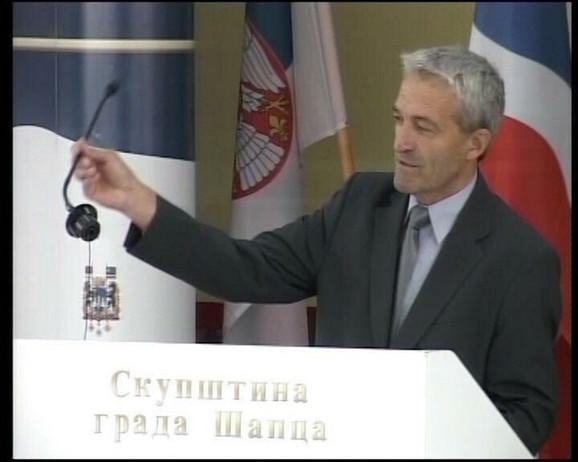 Negovan Stanarčić, odbornik SNS, sa isčupanim mikrofonom