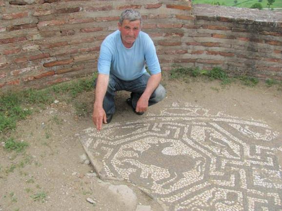 Lopvi su krampovima najpre podigli ploču sa mozaikom pa nastavili dalje kopanje u potrazi za blagom
