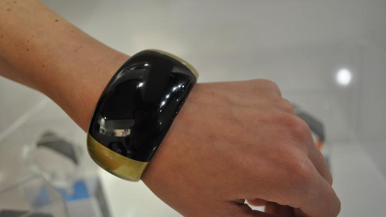 Oto szwajcarska odpowiedź na zegarek Samsunga, który można połączyć z telefonem i używać jako słuchawki. Kobieca wersja MyKronoz jest dużo staranniej i ładniej wykonana niż koreański gadżet. Do tego jest znacznie tańsza.