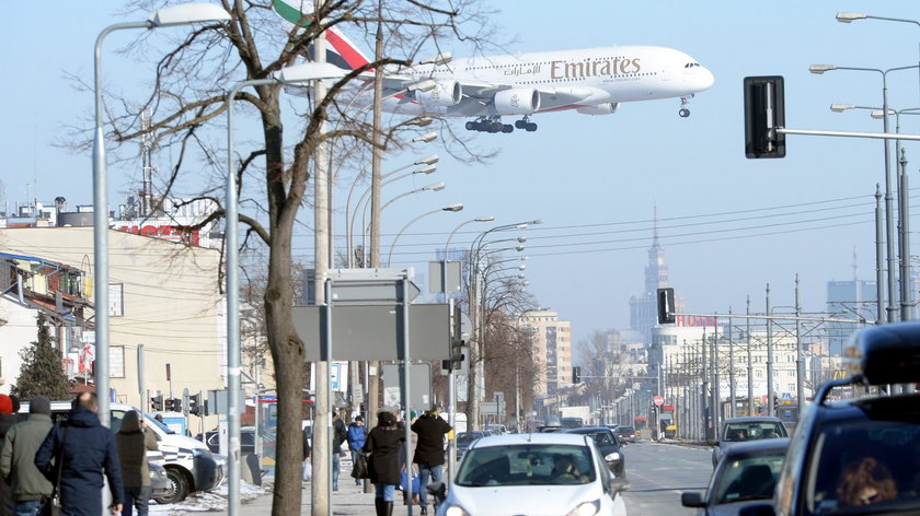 Kolosalny Airbus A380 ląduje na lotnisku Chopina w Warszawie