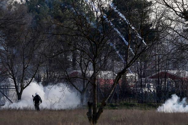 Greckie służby graniczne użyły w piątek rano na granicy z Turcją gazu łzawiącego i armatek wodnych wobec migrantów