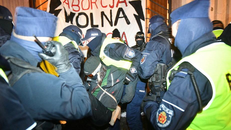 Działania policji podczas protestu przed siedzibą MEN w Warszawie