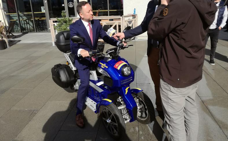 Grzegorz Kurdziel z zarządu Poczty Polskiej testuje trzykołowy skuter Goodyear Ego2