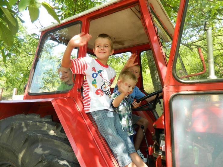 najvise se obradovali najmladji popovci Trebinje traktor donacija