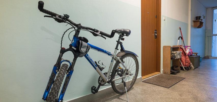 Czy sąsiad może trzymać rower i wózek na klatce schodowej? Opinia prawnika