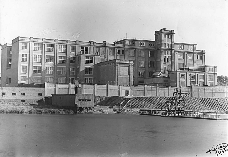 """Fabryka """"E. Wedel"""" przy ul. Zamoyskiego w Warszawie. Zdjęcie z 1935 r."""