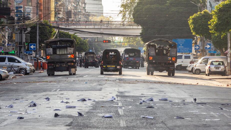 Pojazdy wojskowe na ulicach miasta