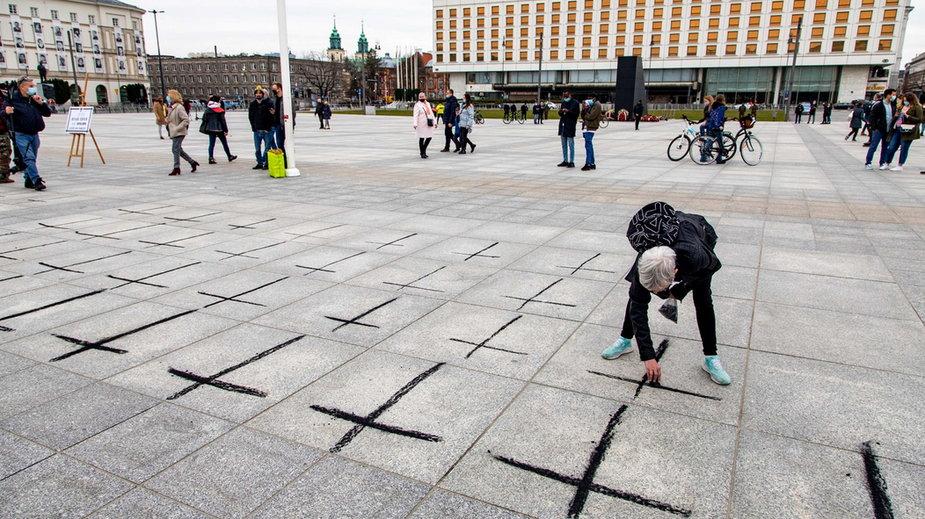 Aktywiści malowali krzyże na pl. Piłsudskiego (fot. zrzut ekranu Facebook.com/obywatelkpfotograf)