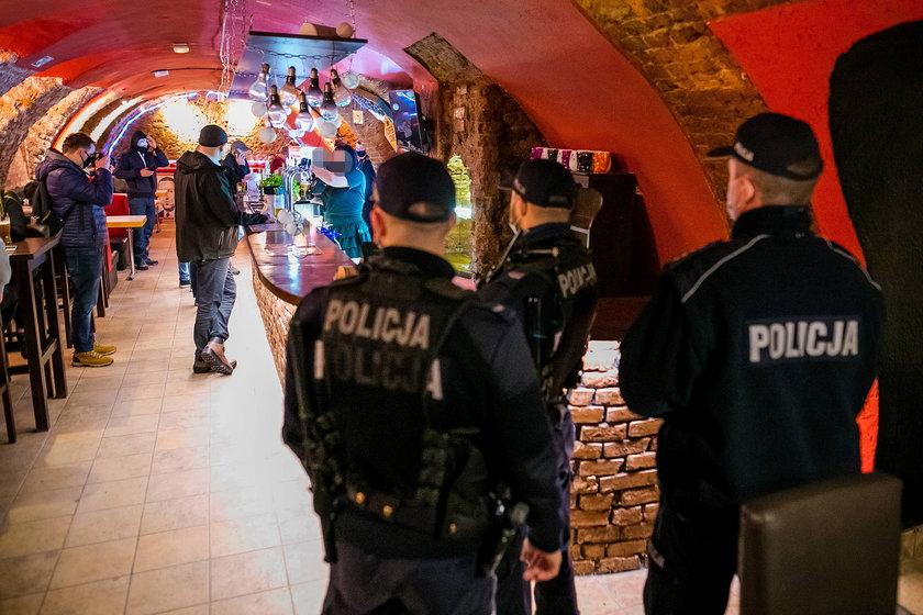 Kolejny pub otwarty, nie zabrakło policji