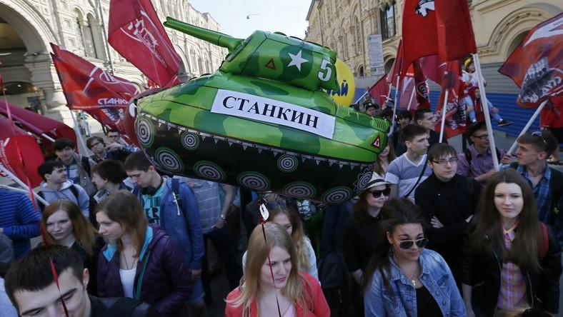 """Blisko 100 tysięcy Rosjan maszerowało po Placu Czerwonym w Moskwie. W trakcie pierwszomajowego pochodu wznoszone były między innymi hasła odnoszące się do sytuacji na Ukrainie: """"Moskwa z Donieckiem"""" i """"Pokój Ukrainie""""."""