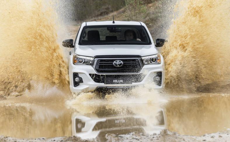 Toyota Hilux to legenda samochodów terenowych, znana z niespotykanej trwałości i niezawodności oraz możliwości off-roadowych