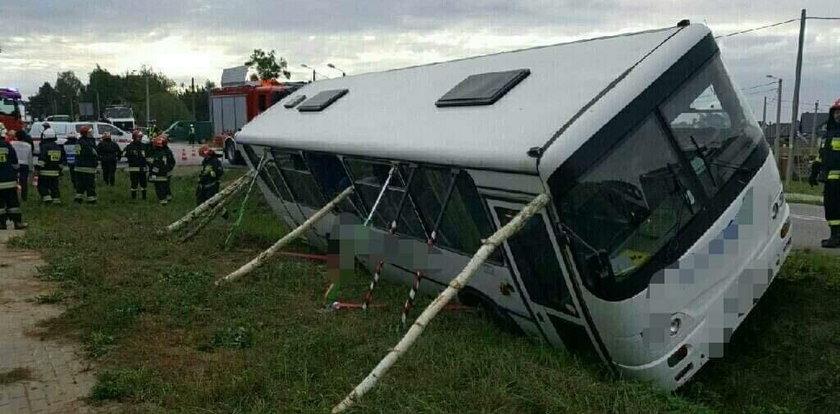Autobus szkolny wpadł do rowu. Dwoje dzieci rannych