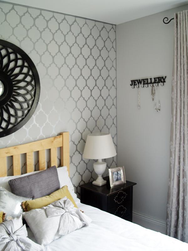 W sypialni jest to prawie zawsze ściana za łóżkiem.