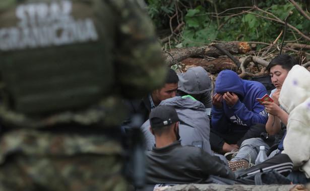 Grupa uchodźców i straż graniczna
