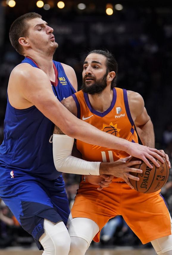 Nikola Jokić u NBA duleu sa MVP-em Mundobasketa, Rikijem Rubiom, na meču Denver - Feniks