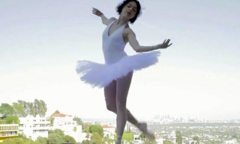 Iza Miko tańczy na tarasie